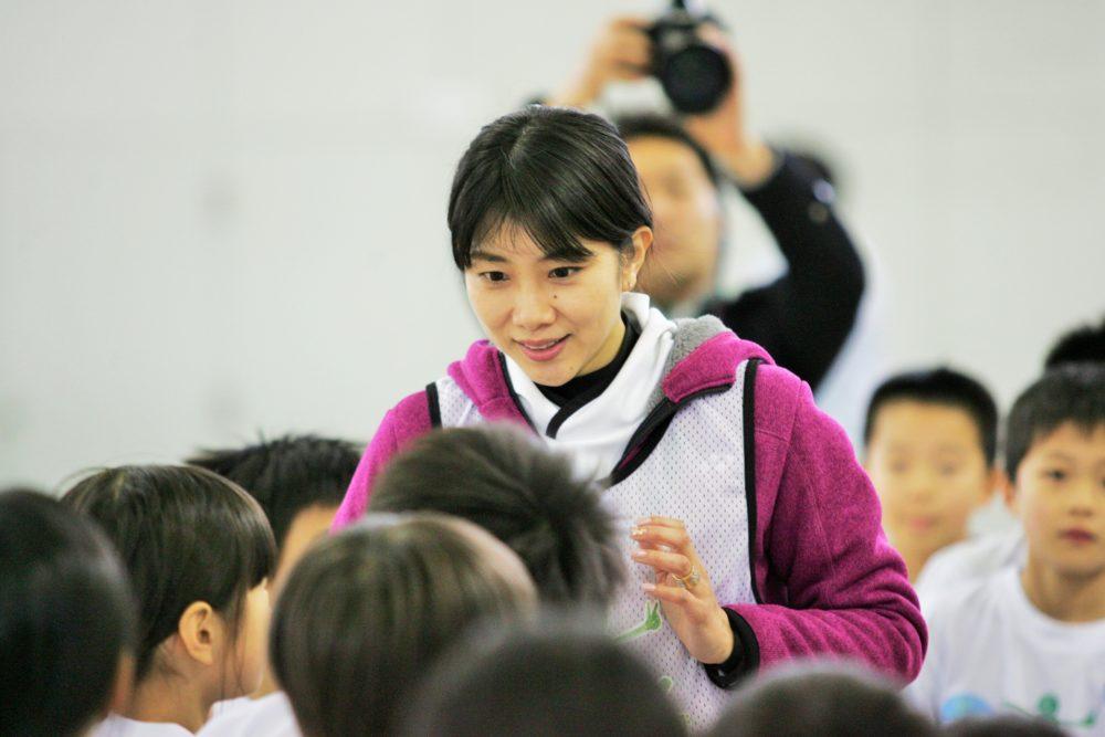 時速300kmのスマッシュにビックリ!潮田玲子が東北の子どもたちと触れ合う 画像