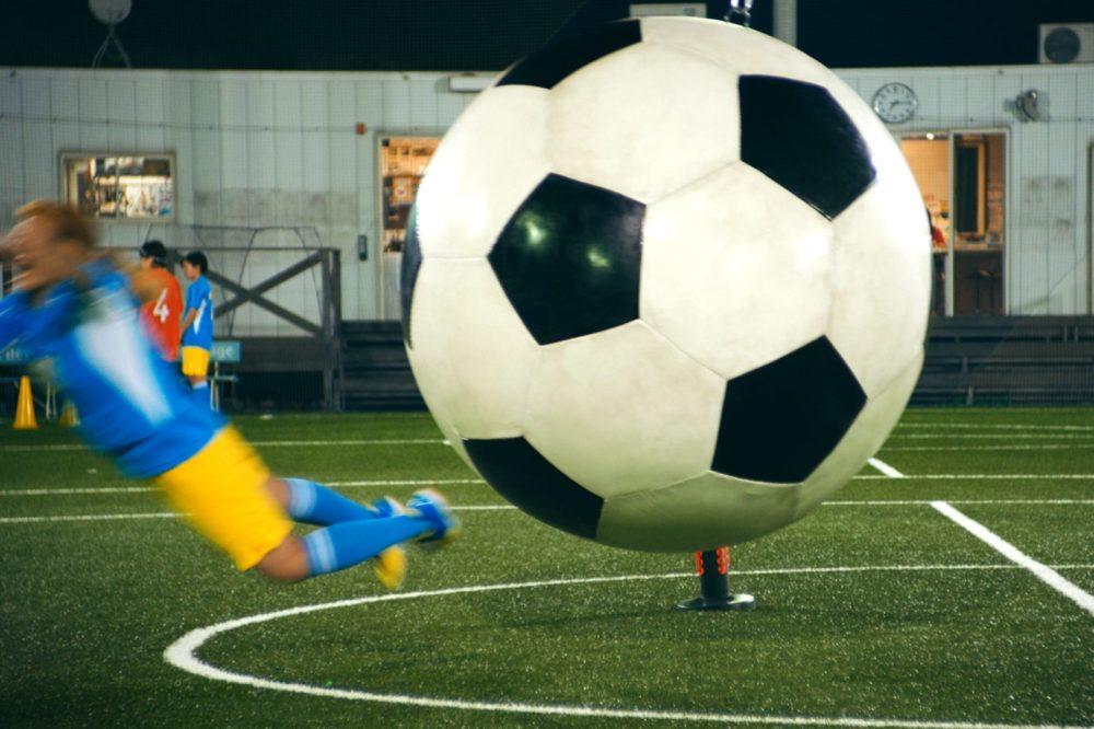 「ウオォーッ!」「ウァーッ!」丸山桂里奈が巨大サッカーボールにふっ飛ばされる新CM公開 画像
