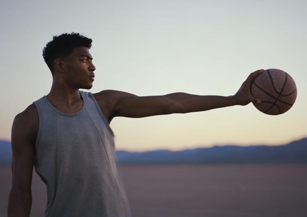 八村塁がアメリカの砂漠でCM撮影に挑戦!メガホンを使うジョークで現場を和ませる 画像