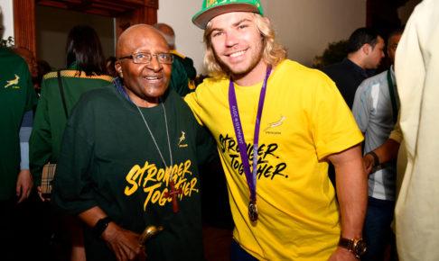 デクラーク、国旗柄のパンツを再び披露 ラグビー南アフリカ代表が優勝パレード
