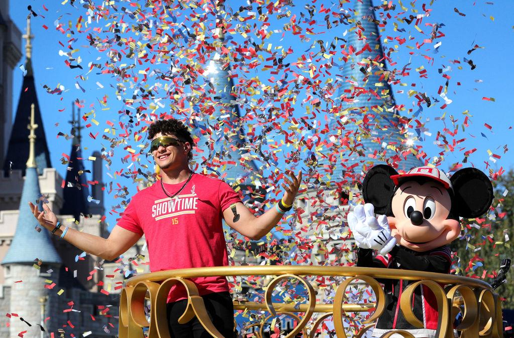 スーパーボウルMVPのパトリック・マホームズ、ディズニーワールドでパレードに参加 高校時代の夢を実現 画像