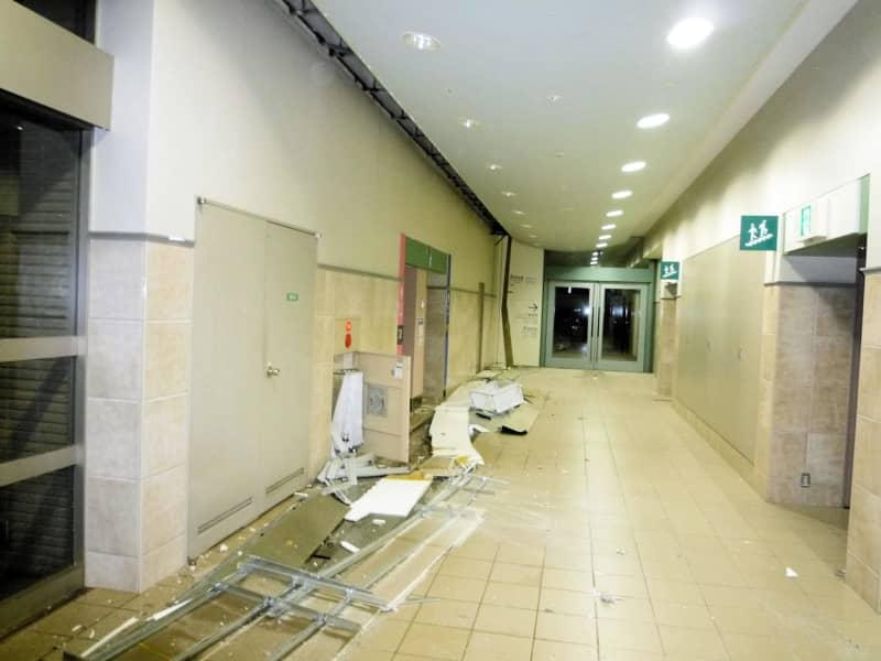 福島競馬場で天井パネルが落下、営業を取りやめ 画像