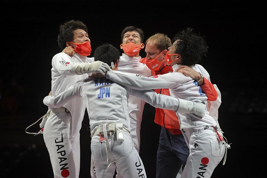 【東京五輪/フェンシング】日本が男子エペ団体で悲願の金メダル「これが夢じゃないことを祈っている」 画像